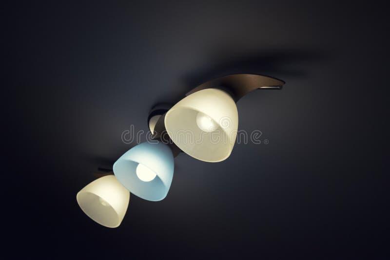 Leuchter mit drei Glühlampen, wärmen sich und Kaltlicht stockfotos