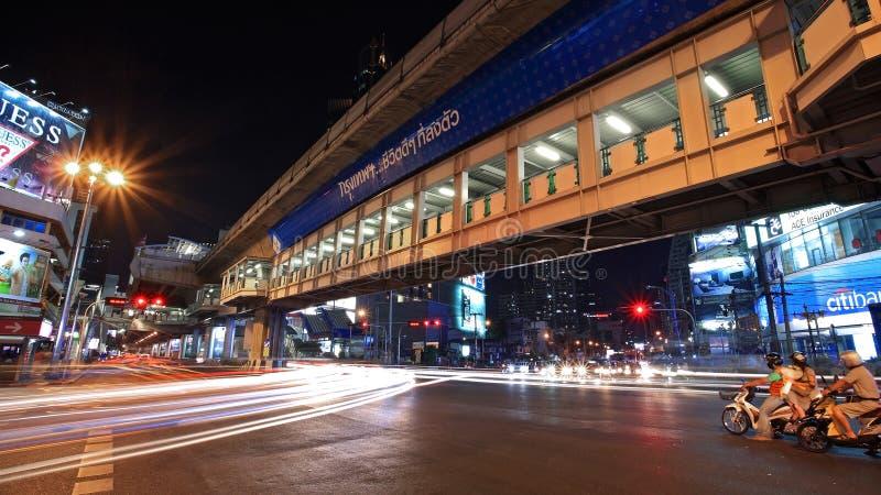 Leuchtespuren auf Asoke Kreuzung in Bangkok stockfotografie