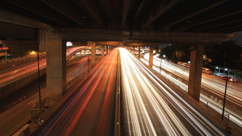 Leuchtespuren auf der Brücke stockfotografie