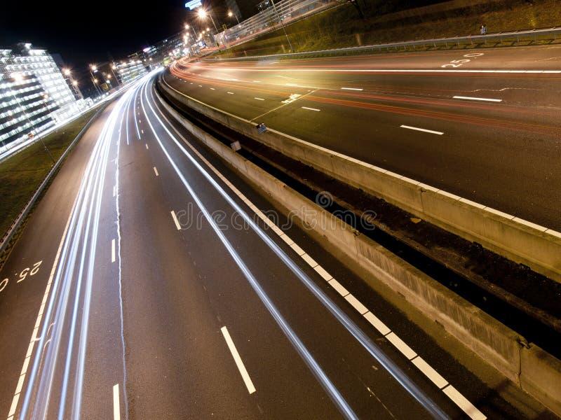 Leuchtespuren auf einer modernen Autobahn stockbilder
