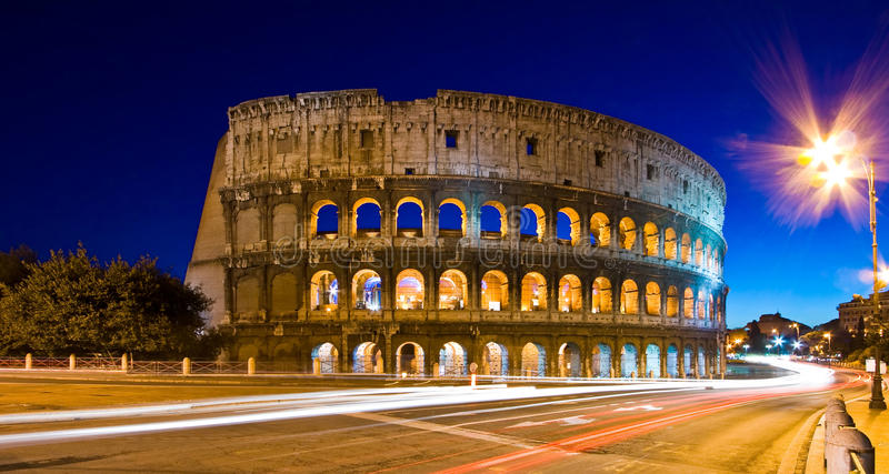 Leuchtespuren bei Colosseum stockbild