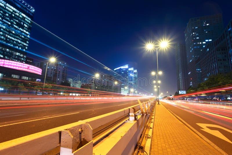 Leuchtespuren an der Millionenstadtstraße stockfotos