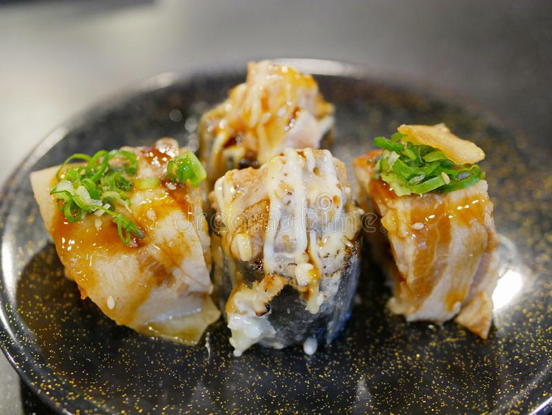 Leuchtfeuer und frittierte nori Meerespflanze maki Rollen - passte japanische Sushirollen an, um andere Bestandteile als gerade r lizenzfreie stockfotos