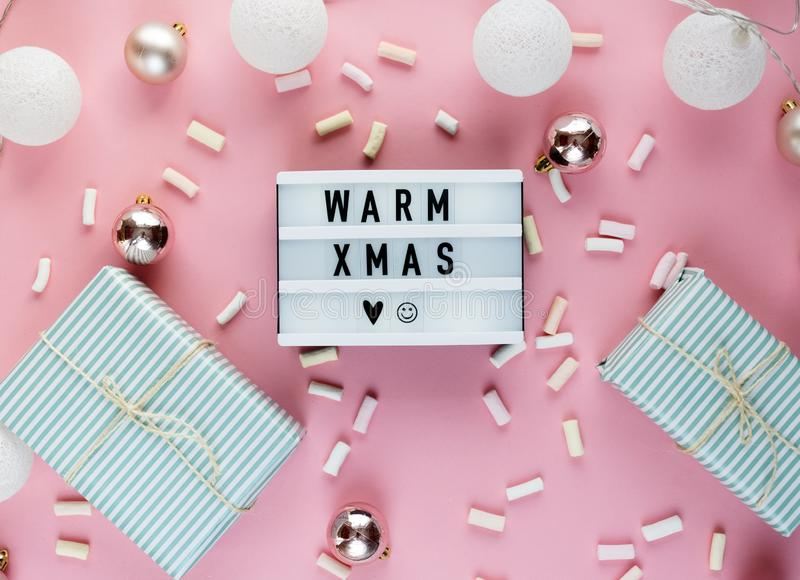 Leuchtkasten, Geschenkboxen und Weihnachtsdekorationsrahmen auf weißem Hintergrund lizenzfreies stockfoto