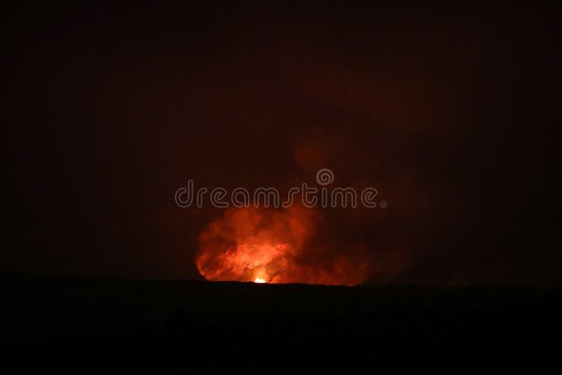 Leuchtorange und rote Farben der fl?ssigen Lava stockfotografie