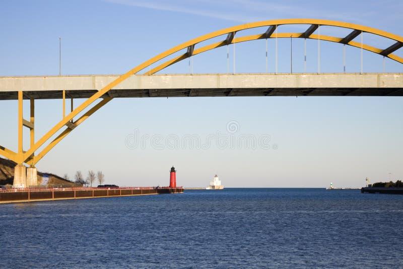 Leuchttürme unter der Brücke lizenzfreie stockbilder
