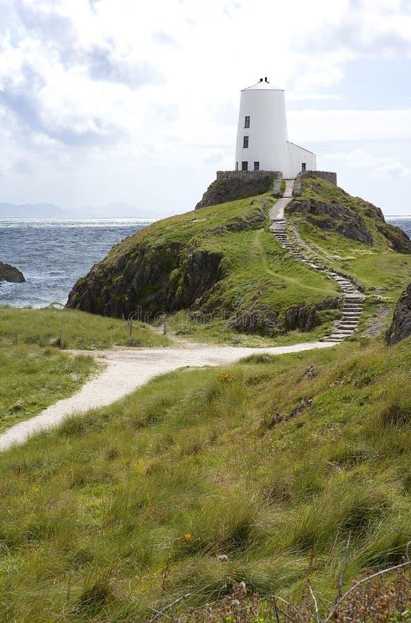 Leuchtturm auf dem Hügel, der irisches Meer übersieht. stockbild