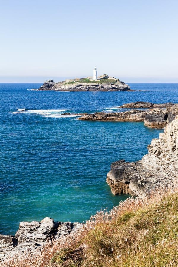 Leuchtturm auf der Insel umgeben durch tiefes blaues Meer lizenzfreie stockbilder
