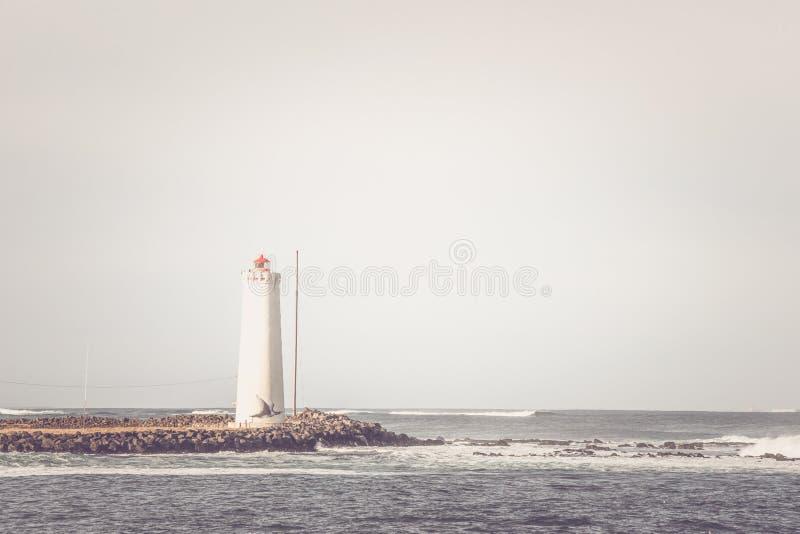 Leuchtturm auf einer kleinen Insel stockbild