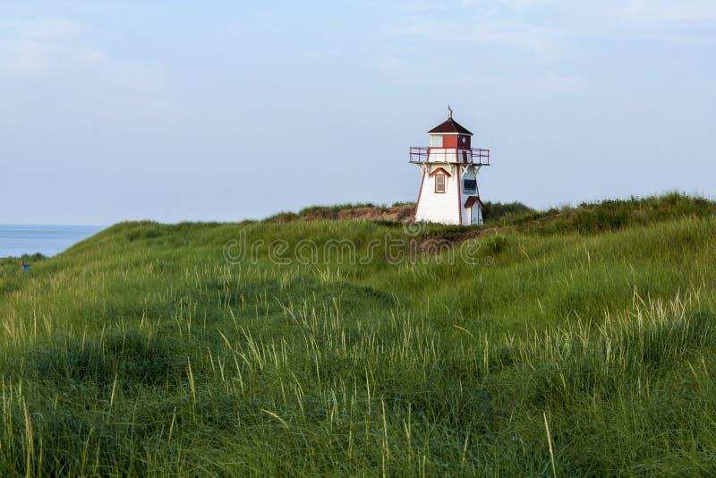 Leuchtturm auf einer Klippe lizenzfreies stockbild