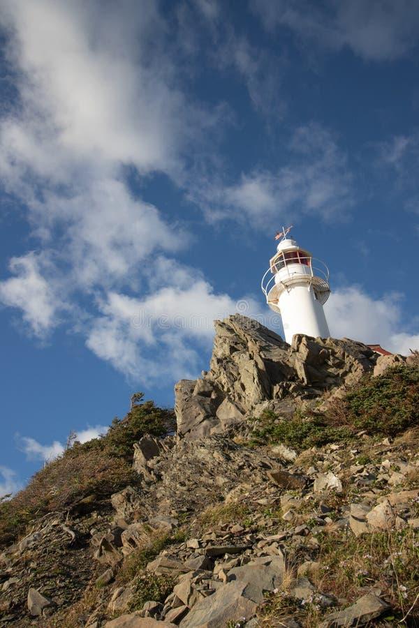 Leuchtturm auf felsiger Klippe lizenzfreies stockfoto
