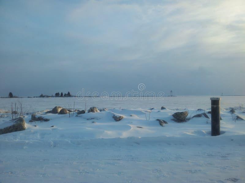 Leuchtturm auf gefrorenem See lizenzfreie stockfotografie