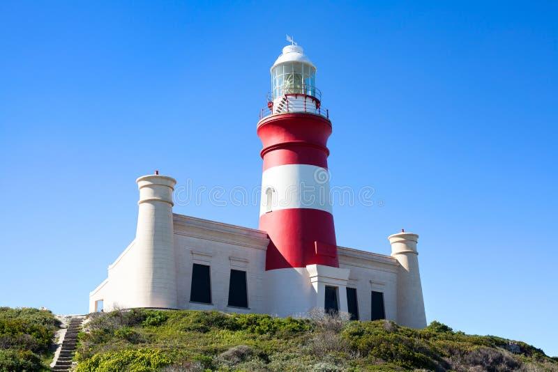 Leuchtturm auf Kap Agulhas in Südafrika auf Hintergrund des blauen Himmels stockfoto