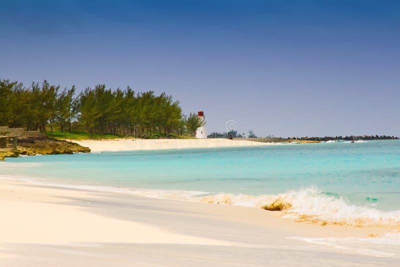 Leuchtturm auf Paradies-Insel-Strand, Bahamas stockfotografie