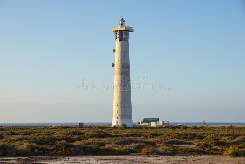 Leuchtturm auf Strand Morro Jable auf Jandia-Halbinsel im Sonnenaufganglicht, Fuerteventura, Kanarische Inseln, Spanien lizenzfreies stockbild