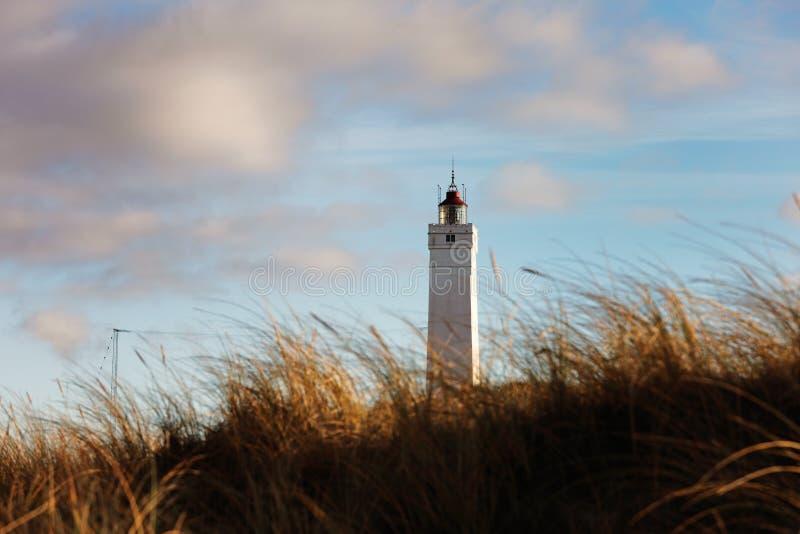 Leuchtturm in Blaavand an der Nordseeküste stockfotografie