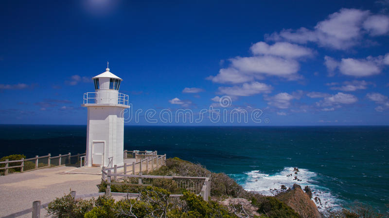 Leuchtturm in dem Meer stockfotografie