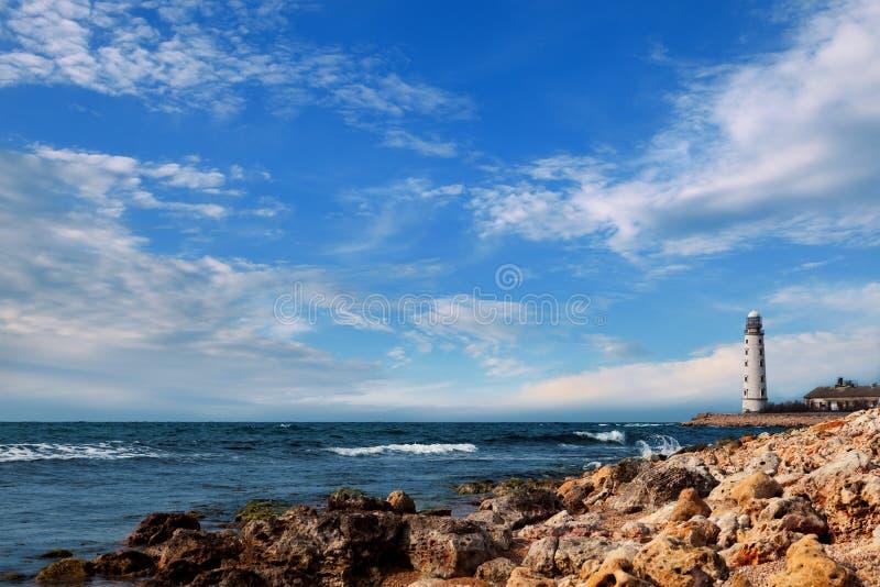 Leuchtturm durch das Meer lizenzfreies stockfoto