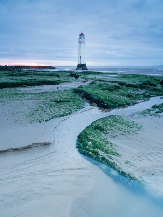 Leuchtturm durch das Ufer von neuem Brighton, Großbritannien lizenzfreie stockbilder