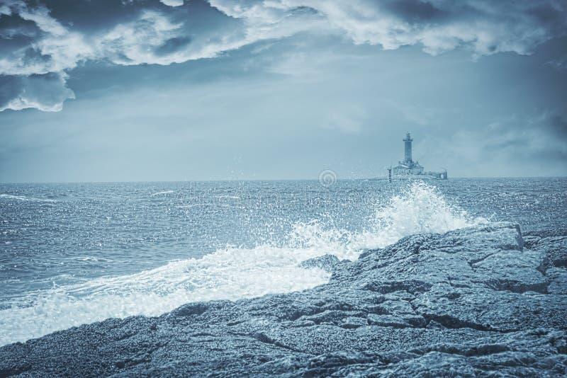 Leuchtturm an einem stürmischen Tag, künstlerisches getontes Foto lizenzfreies stockbild
