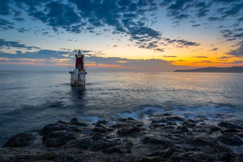 Leuchtturm am Eingang von Hafen Sans Vicente de la Barquera, Kantabrien, Spanien lizenzfreie stockbilder
