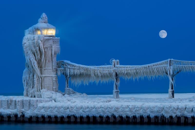 Leuchtturm-Eis-Skulptur nachts lizenzfreies stockbild