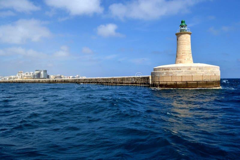 Leuchtturm im großartigen Hafen, Malta lizenzfreie stockbilder