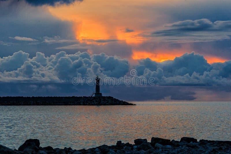 Leuchtturm im Meer stockfotografie