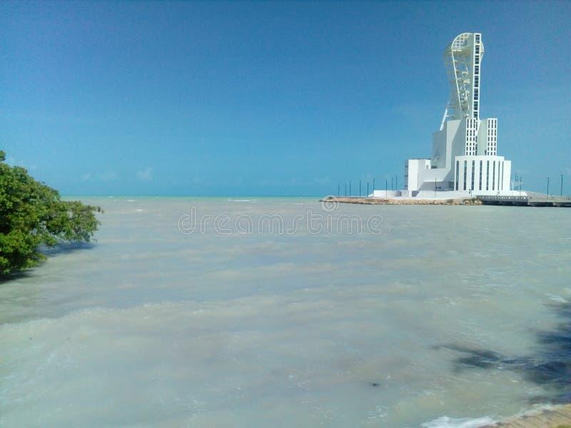 Leuchtturm im Meer lizenzfreies stockfoto