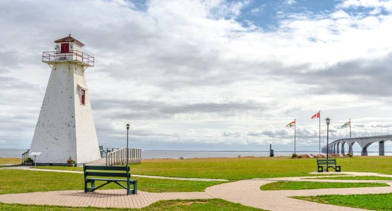 Leuchtturm im Park Warmer schwül Tag in PEI New-Brunswick Bündnis-Brücke im Abstand lizenzfreies stockbild