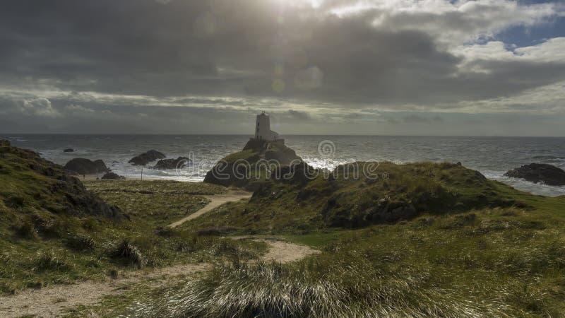 Leuchtturm im stürmischen Wetter lizenzfreie stockbilder