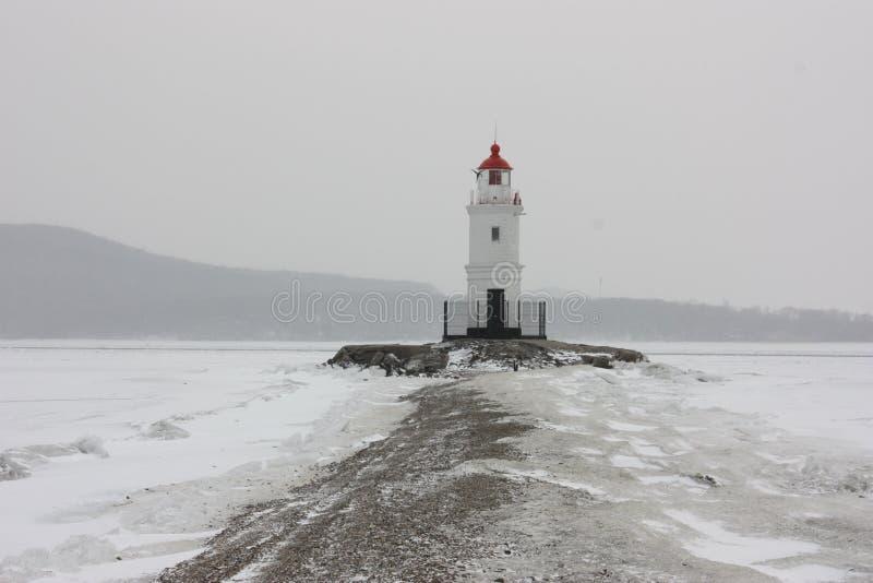 Leuchtturm im Winter an der Küste lizenzfreie stockbilder
