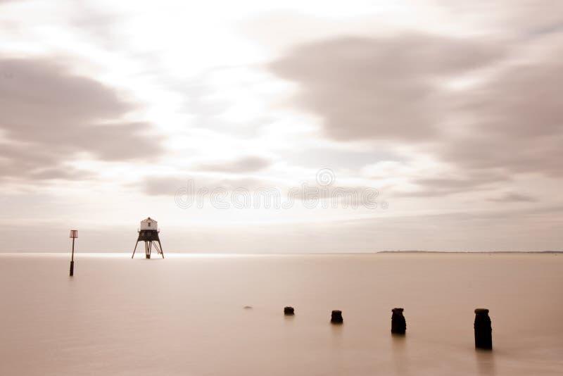 Leuchtturm in Meer stockbilder
