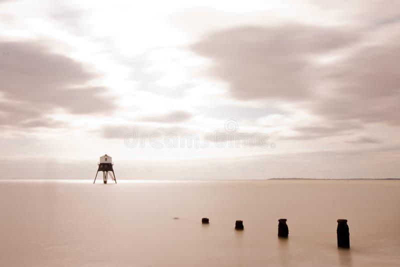 Leuchtturm in Meer lizenzfreie stockfotos