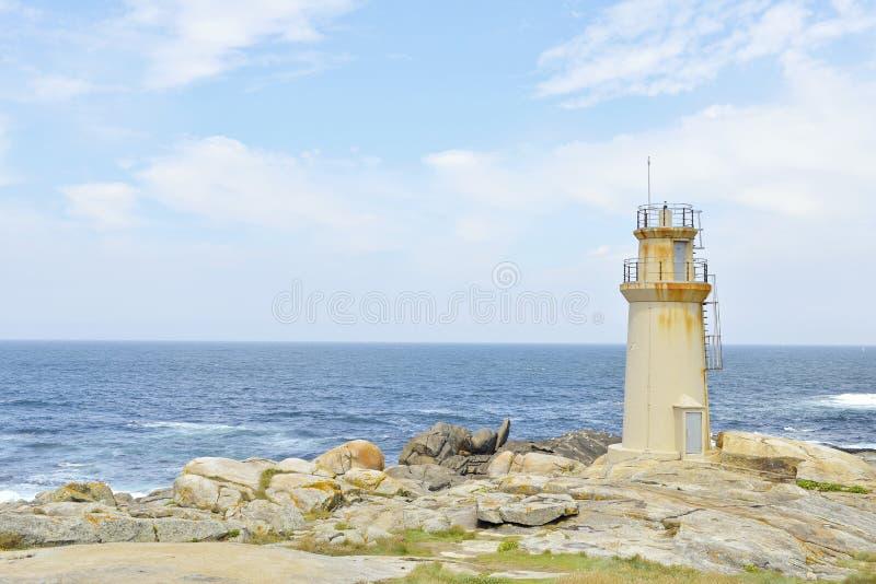Leuchtturm mit blauem Ozean stockbild