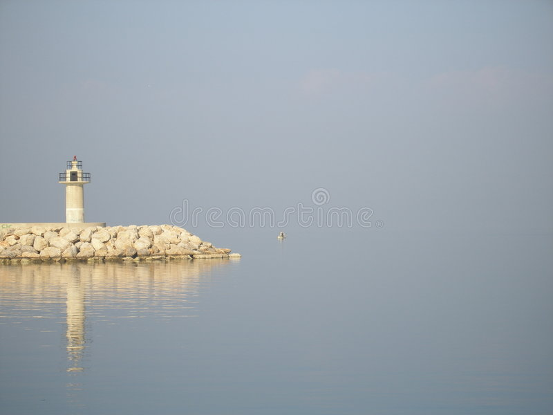 Leuchtturm mit Reflexion stockfoto