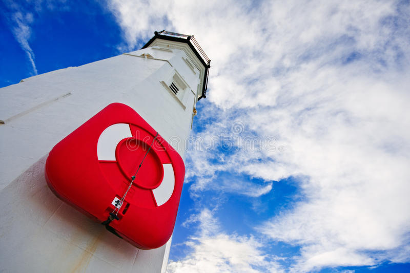 Leuchtturm mit roter Schwimmweste lizenzfreie stockfotos