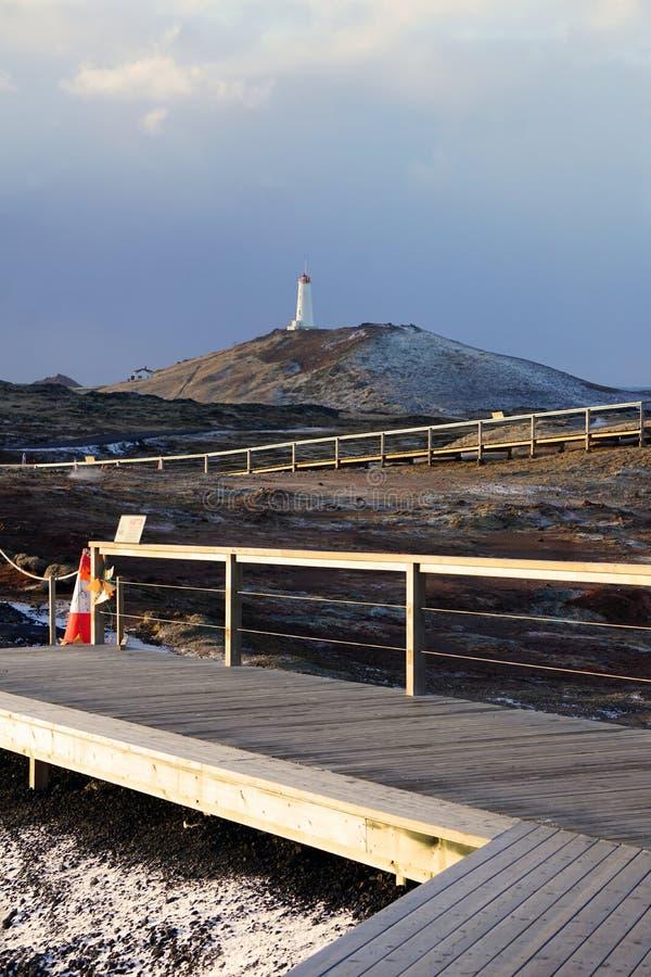 Leuchtturm nahe geothermischem Bereich Gunnuhver stockfotografie
