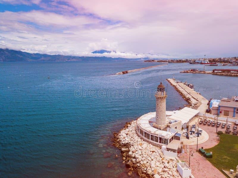 Leuchtturm in Patras Luftbrummenfoto der berühmten Stadt und Hafen von Patras, Peloponnes, Griechenland lizenzfreie stockbilder