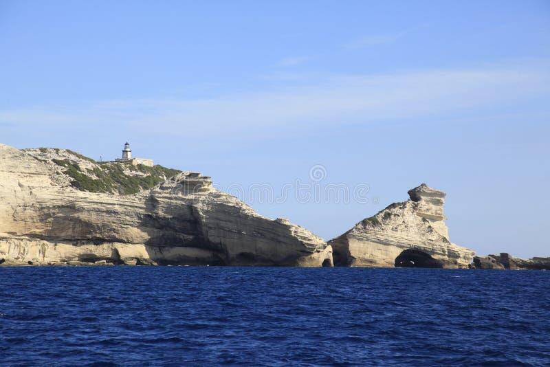 Leuchtturm Pertusato übersieht einen berühmten Felsen, Küste von Bonifacio, Korsika stockfotos