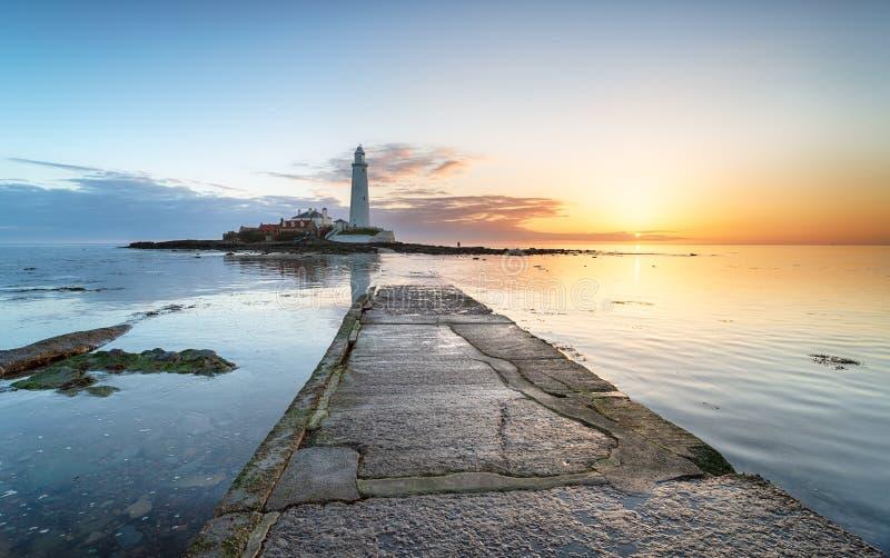 Leuchtturm-Sonnenaufgang auf der Northumberland-Küste stockbild