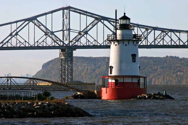 Download Leuchtturm und Brücke stockbild. Bild von wasser, brücke - 42503