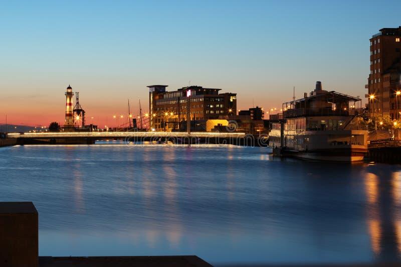 Leuchtturm und Brücke mit Boot in Malmö lizenzfreie stockfotos