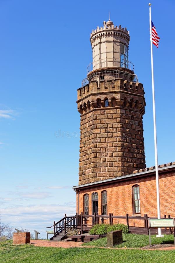 Leuchtturm und Flagge bei Sandy Hook in New-Jersey stockfotografie