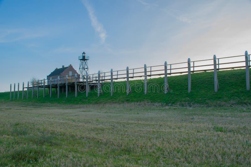 Leuchtturm und Haus des Leuchtturmbeobachters auf der ehemaligen Insel Schokland stockfoto