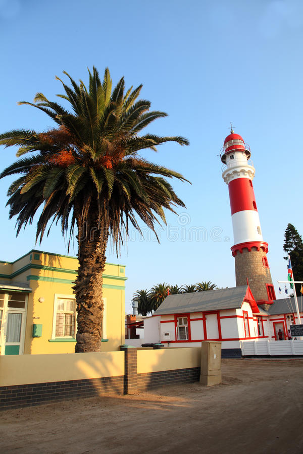Leuchtturm und Palme, Swakopmund, Namibia lizenzfreie stockfotos