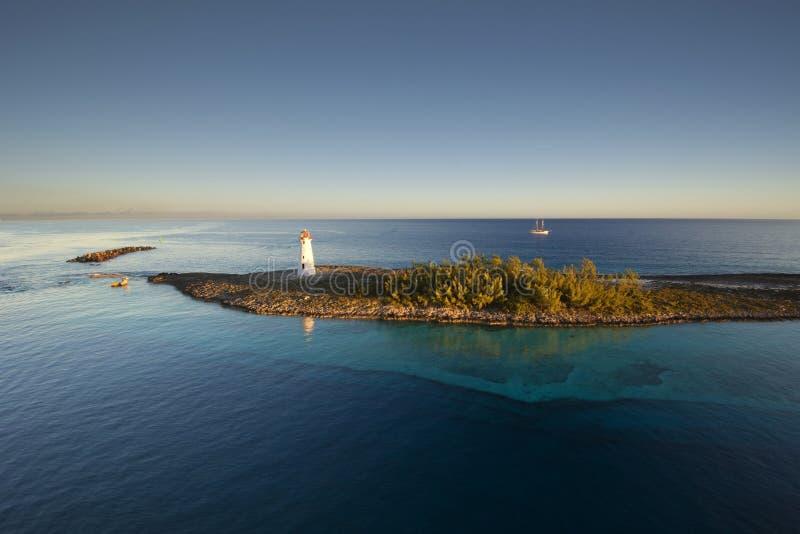 Leuchtturm und Segel versenden, Paradies-Insel in Nassau, Bahamas lizenzfreie stockfotografie