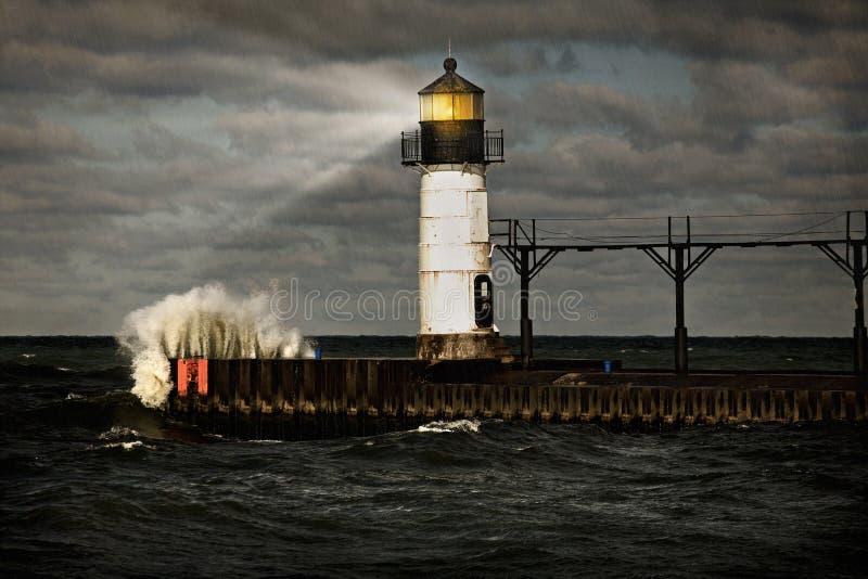 Leuchtturm und stürmisches Meer lizenzfreies stockfoto