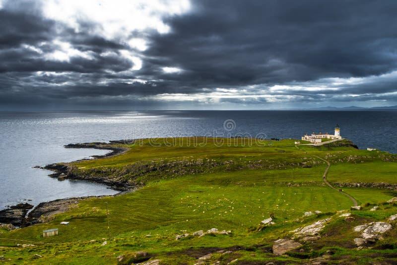 Leuchtturm von Neist-Punkt an der Küste der Insel von Skye In Scotland lizenzfreies stockfoto
