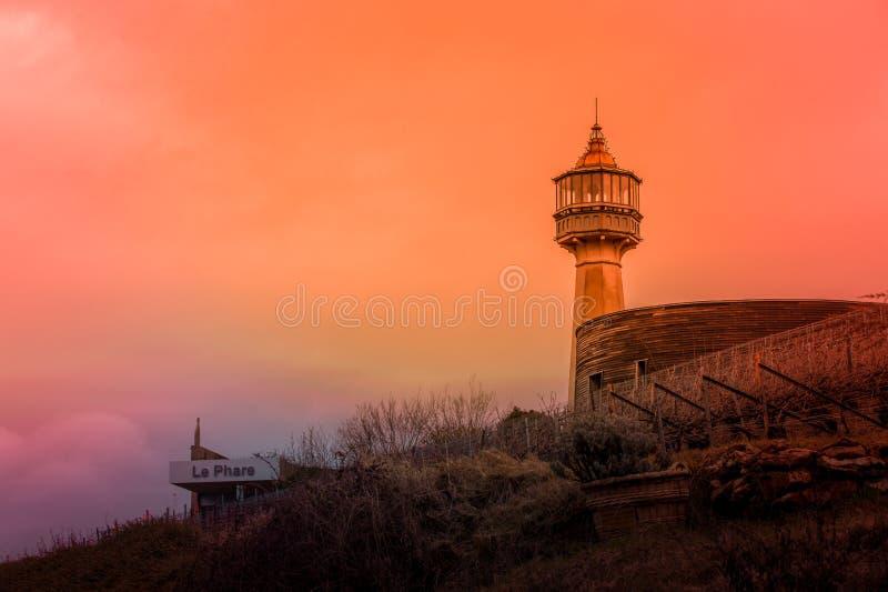 Leuchtturm von Verzenay in der Farbe unter einem bunten Himmel und in der Nahaufnahme lizenzfreie stockbilder